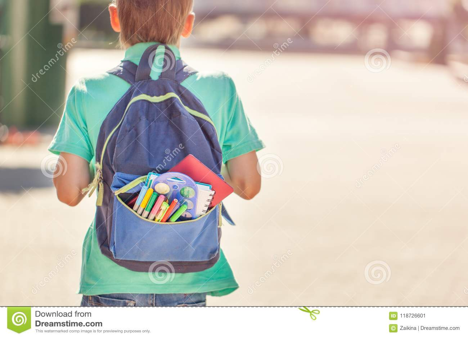 A estudante com trouxa completa vai à escola Vista traseira