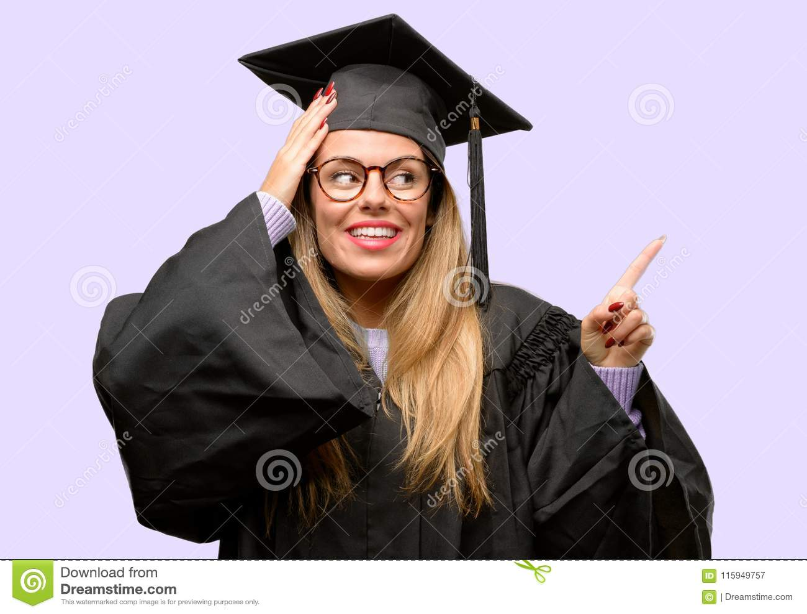 Estudante de mulher graduado bonito novo