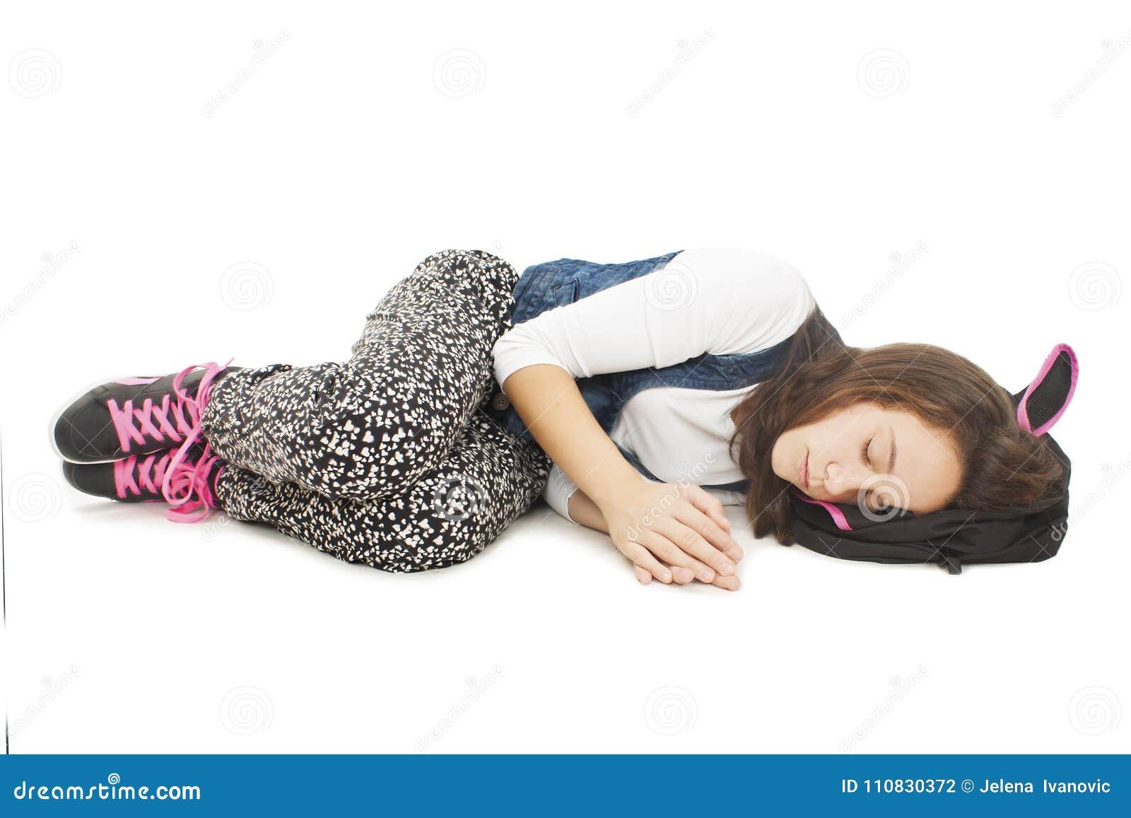 Estudante de sono Estudante que encontra-se no assoalho, dormindo no saco de escola