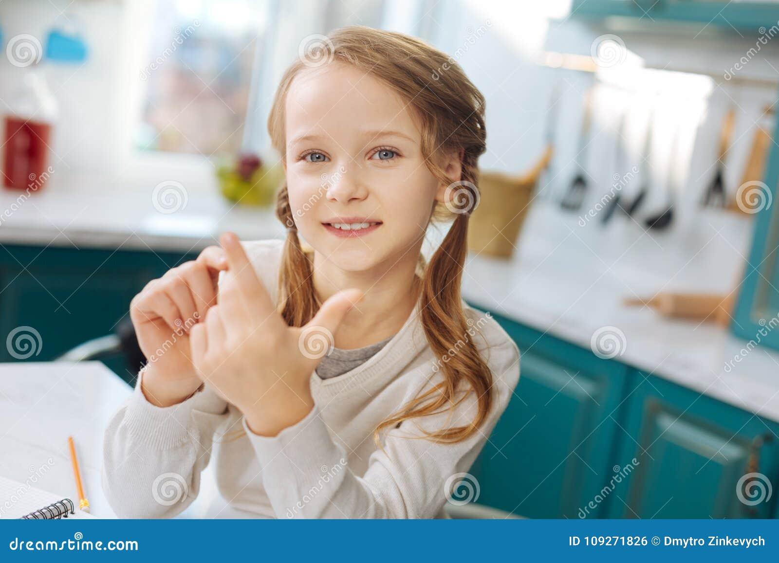 Estudante deleitada que conta em seus dedos