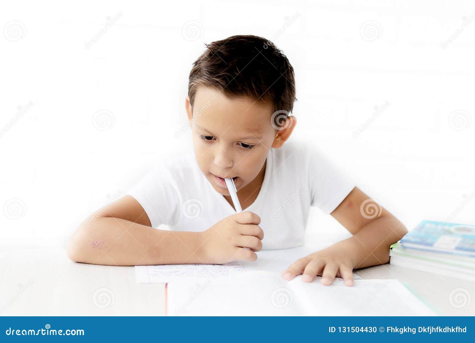 A estudante do menino ensina lições que escreve no caderno