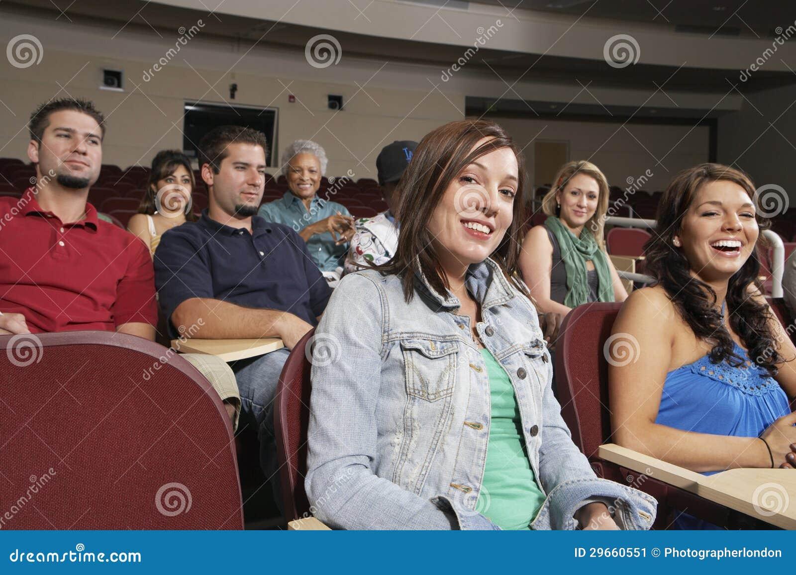 Estudante fêmea With Classmates