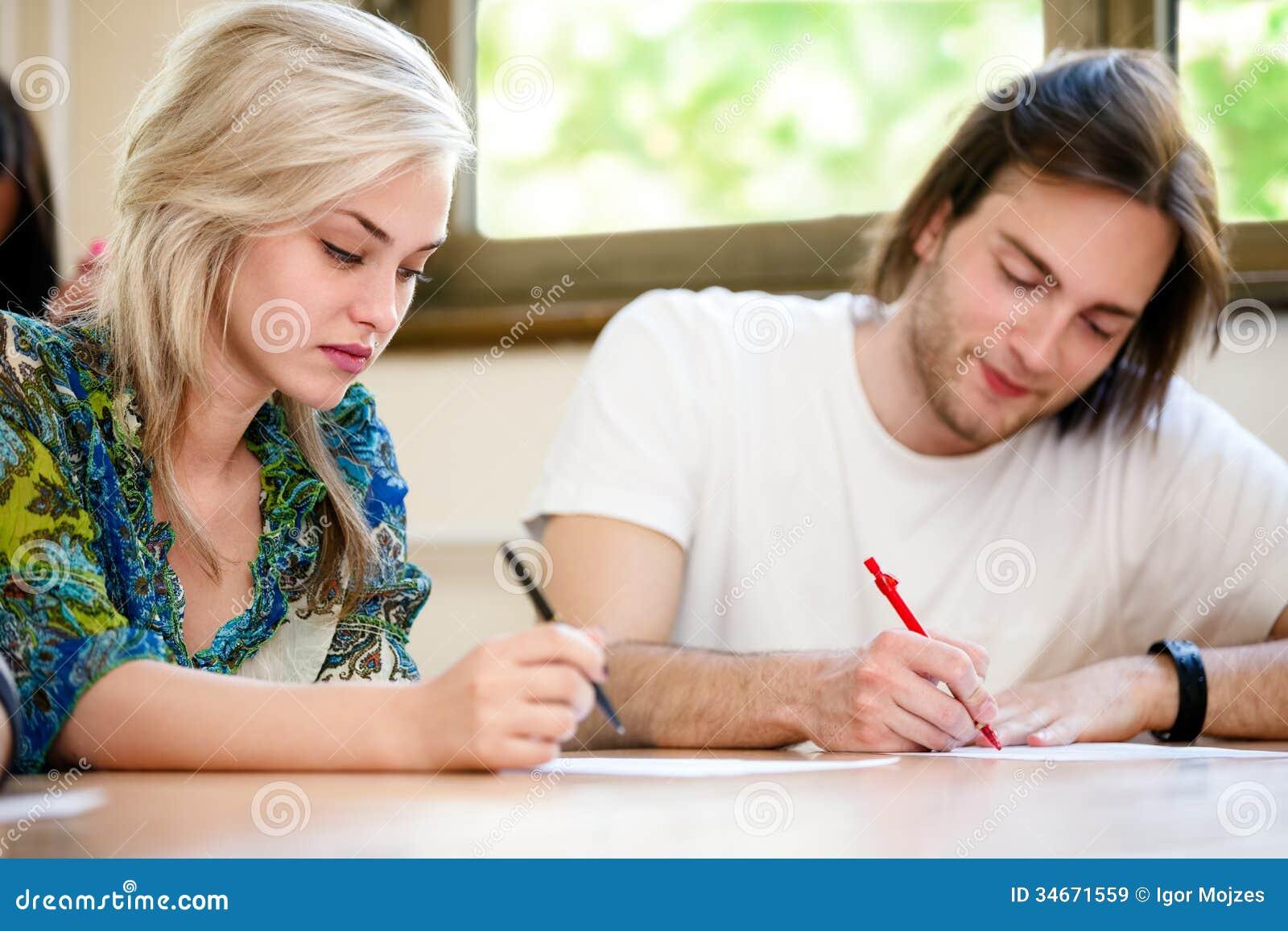 Estudante fêmea e masculino na classe