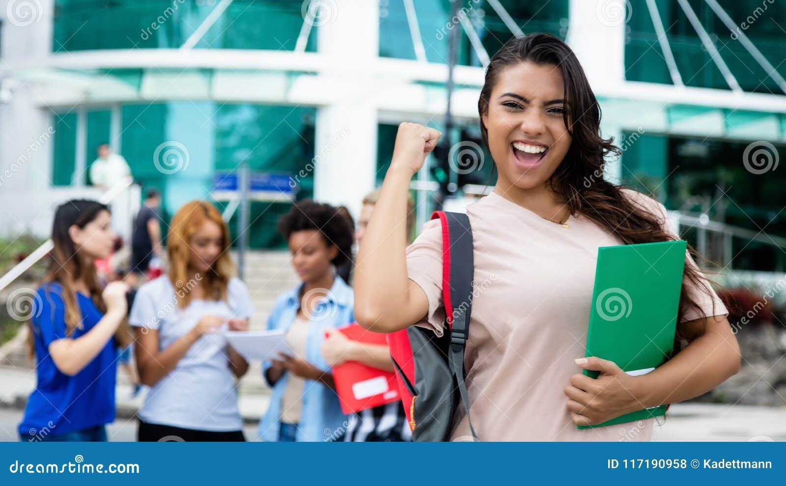 Estudante fêmea latino-americano que comemora o exame bem sucedido