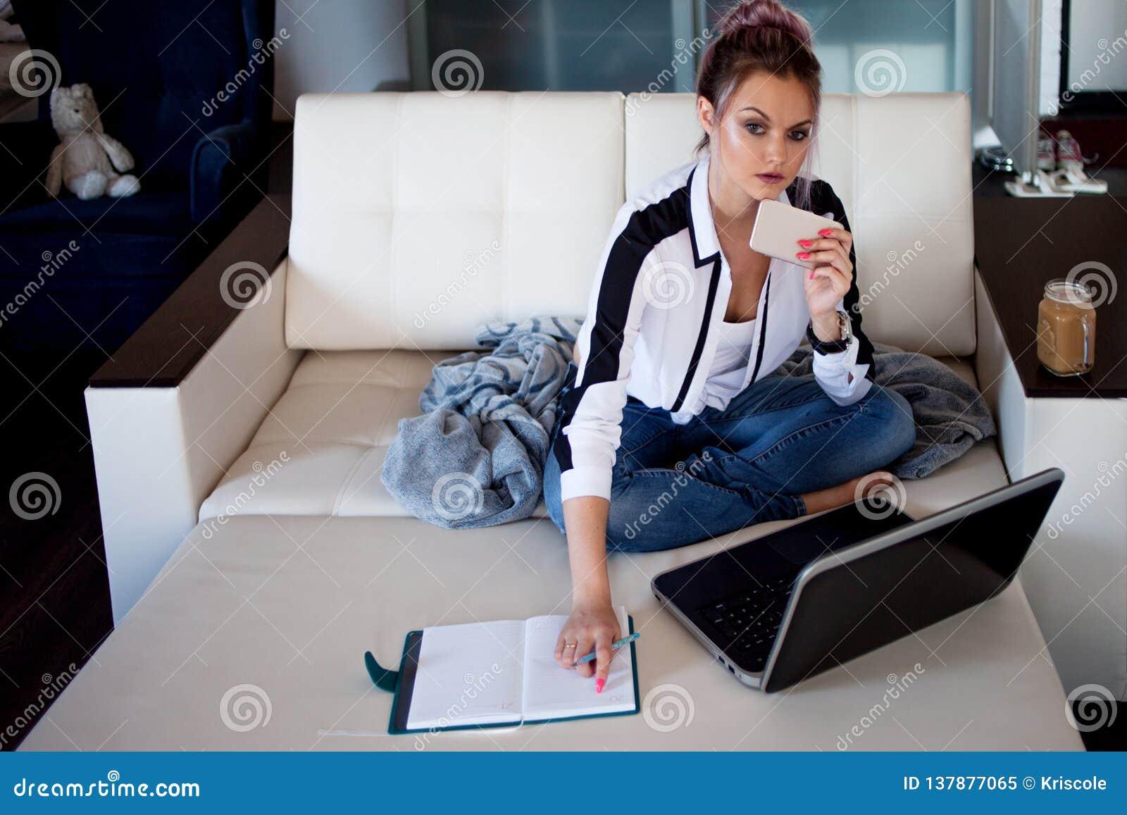 Estudante fêmea ou empresário novo que trabalham da casa Trabalho remoto