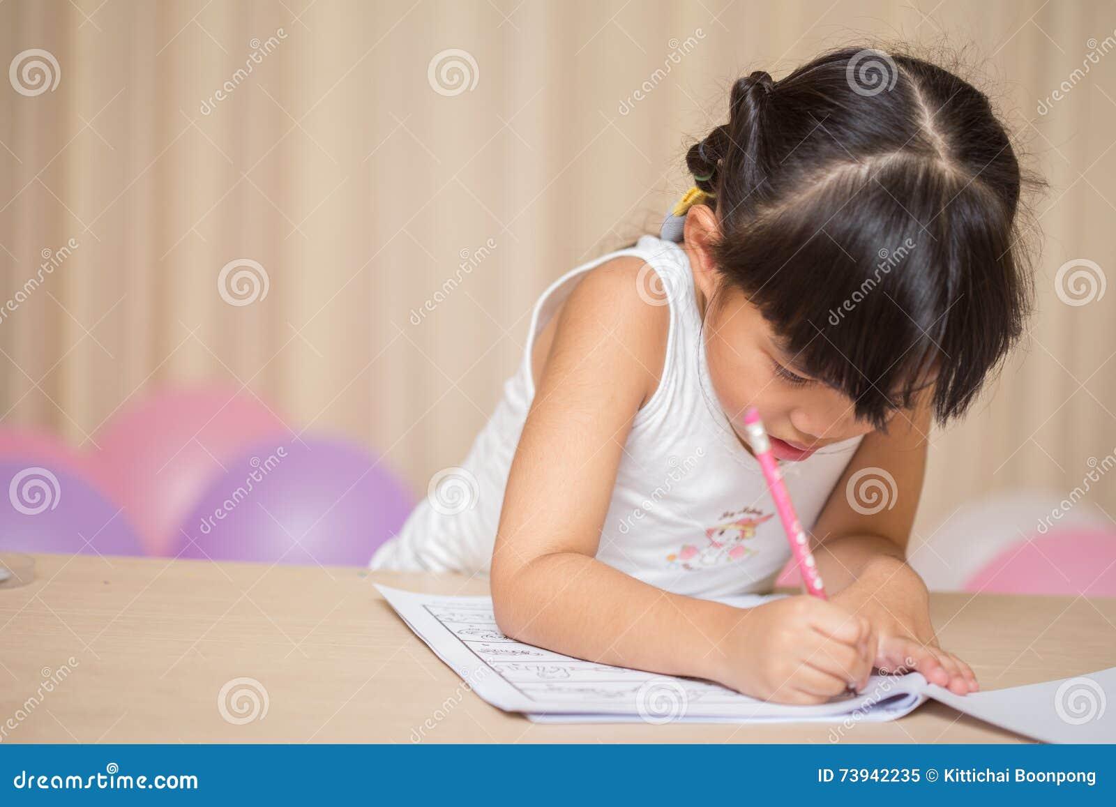 A estudante feliz trabalha em seus trabalhos de casa