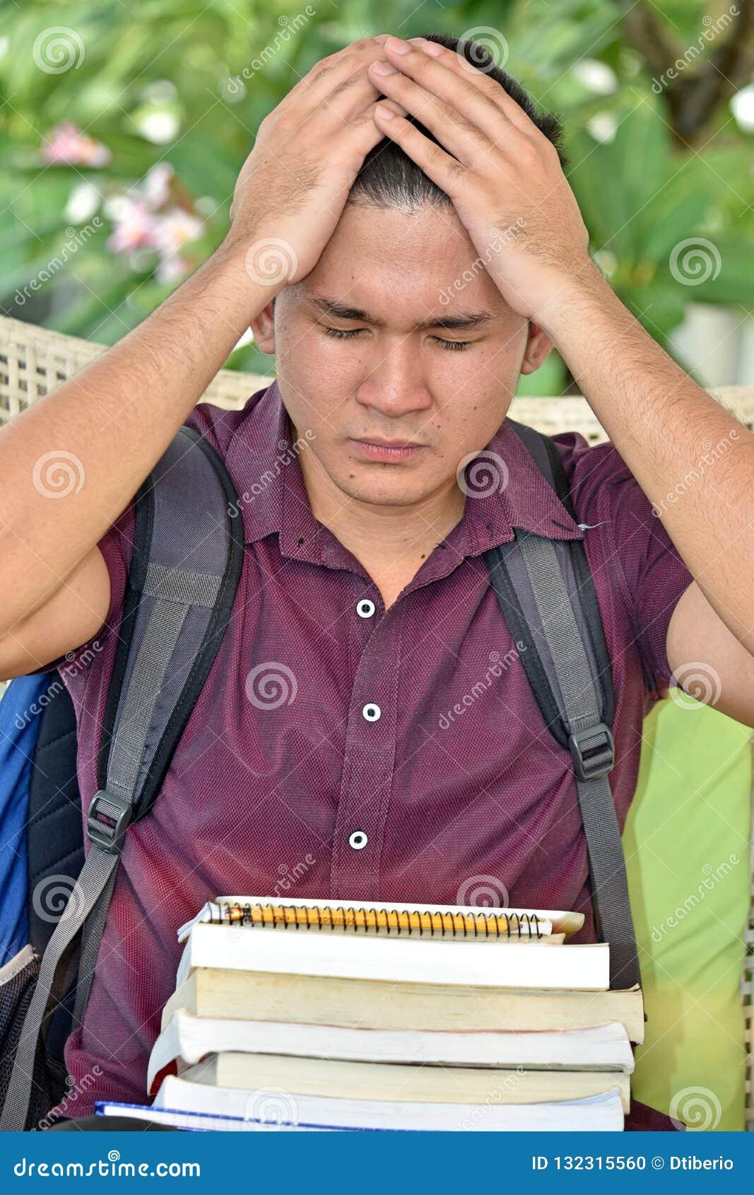 Estudante filipino With Headache do menino