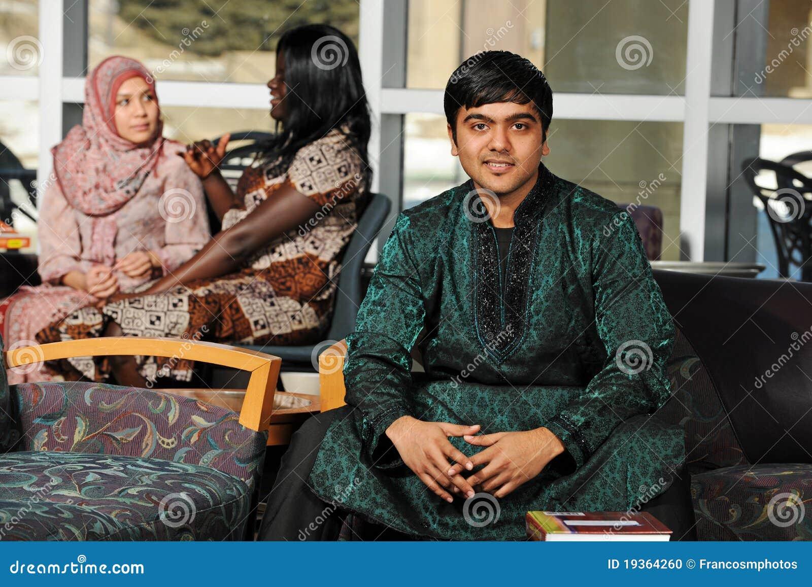 Estudante indiano que desgasta seu vestuário tradicional