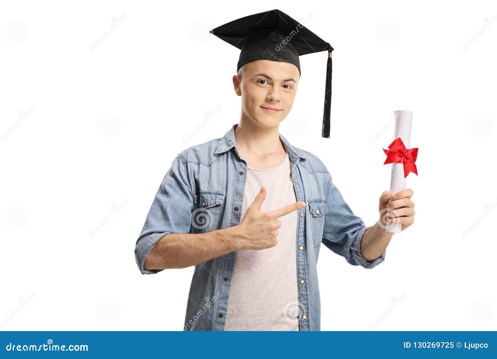 Estudante masculino que guarda um diploma e apontar