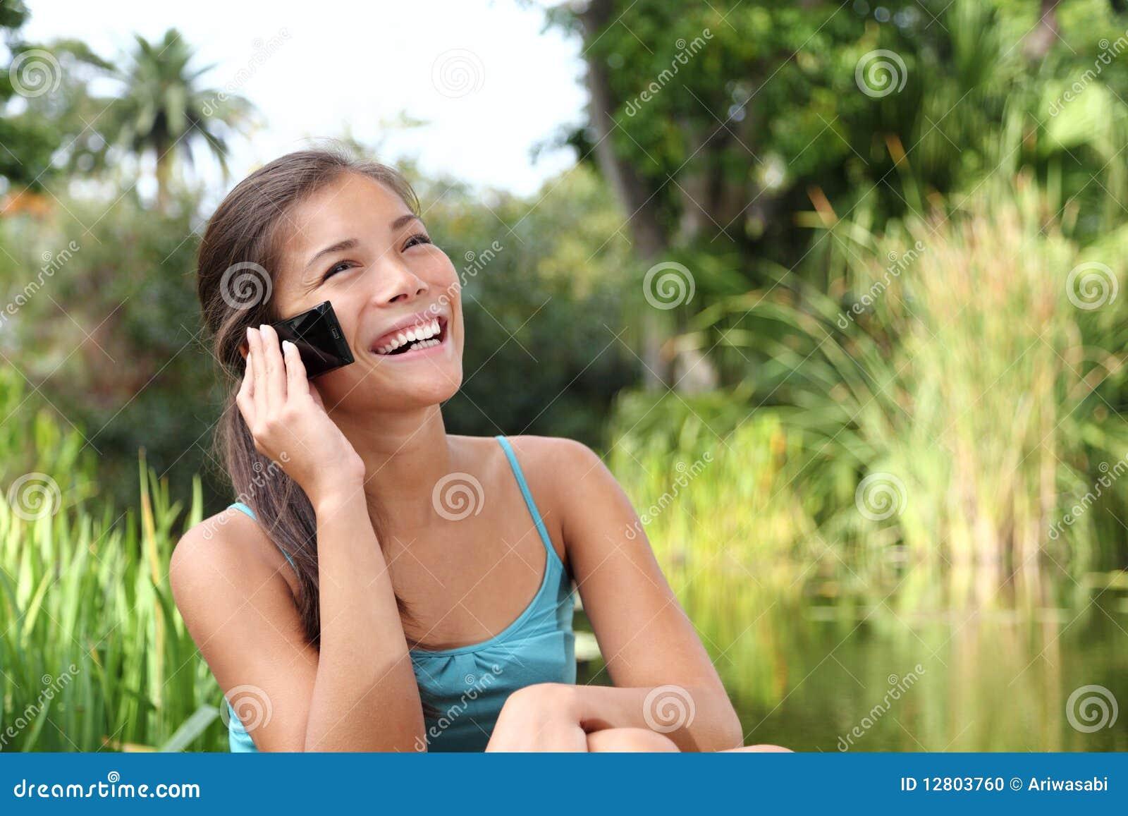 Estudante no telefone móvel