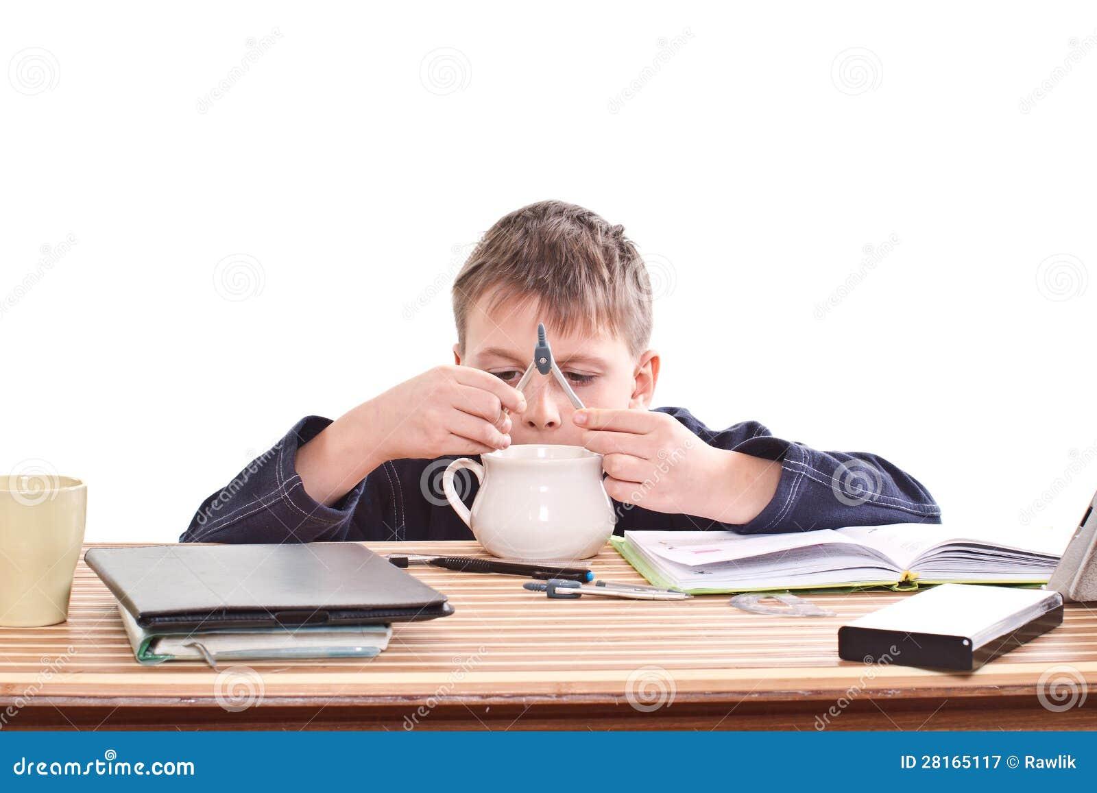 estudante-para-fazer-trabalhos-de-casa-2