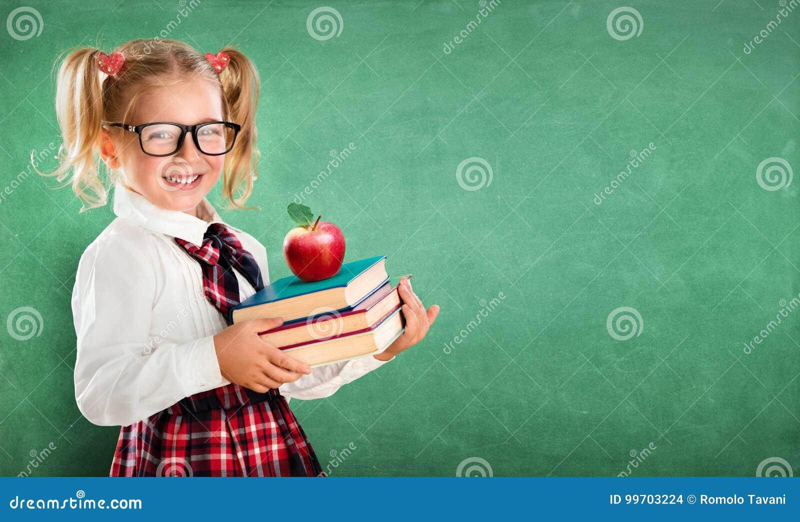 Estudante pequena que guarda livros