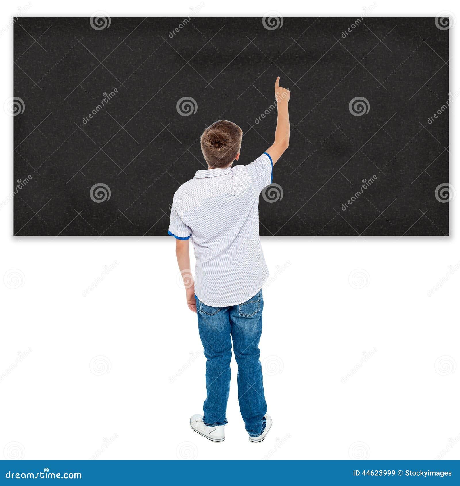 Estudante que aponta no quadro vazio