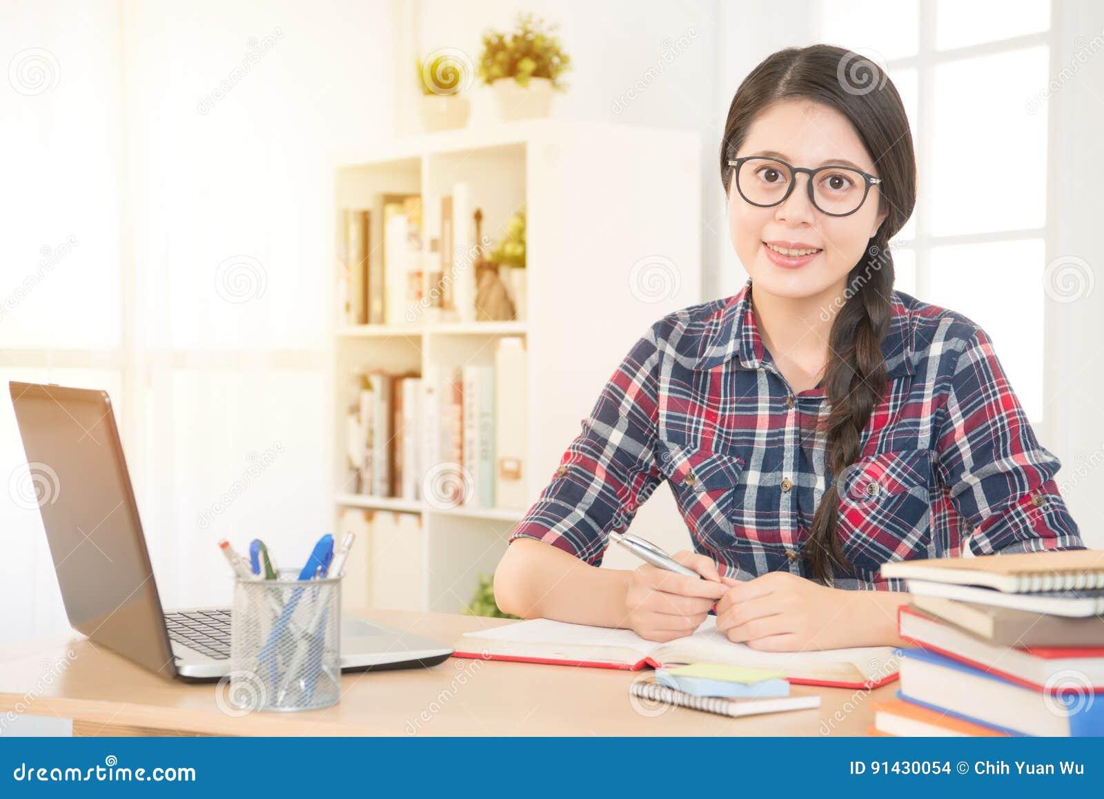 Estudante que aprende ou que trabalha com um portátil