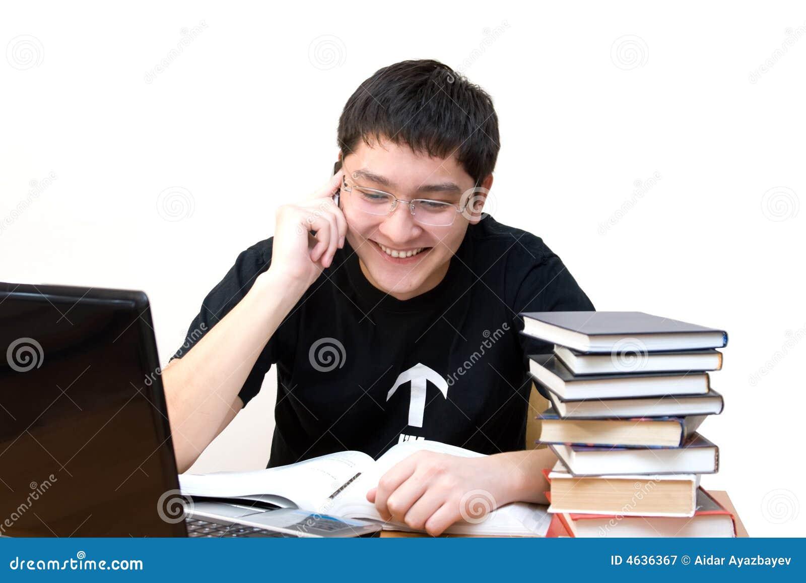 Estudante que fala pelo telefone de pilha