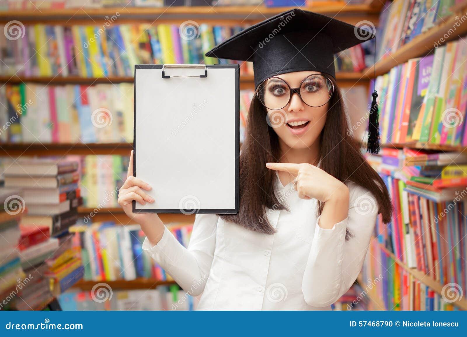 Estudante surpreendido Holding Blank Clipboard da escola