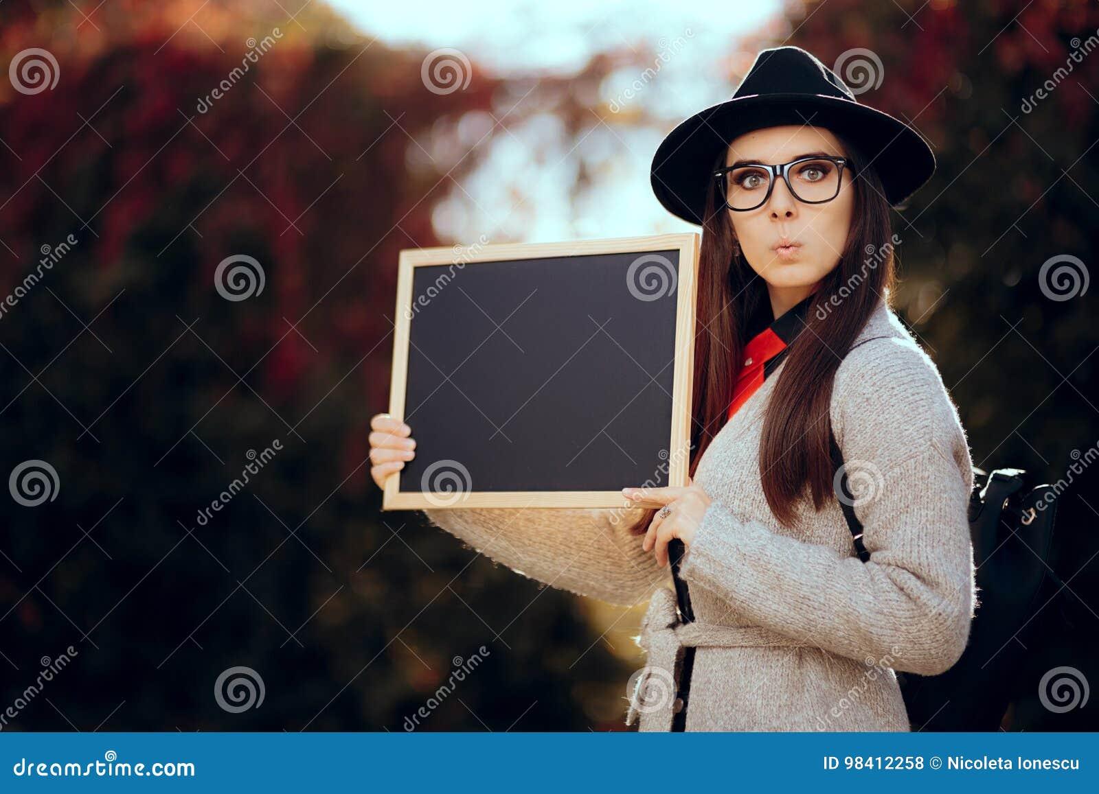 Estudante surpreendido Holding um anúncio da venda do sinal do quadro-negro