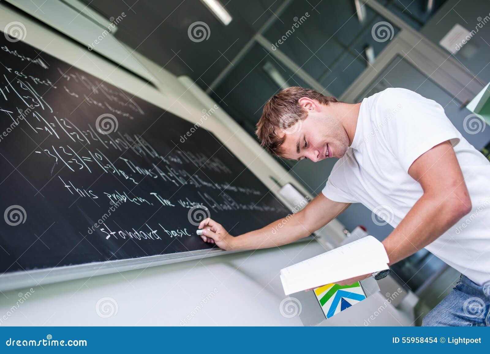 Estudante universitário considerável que resolve um problema de matemática