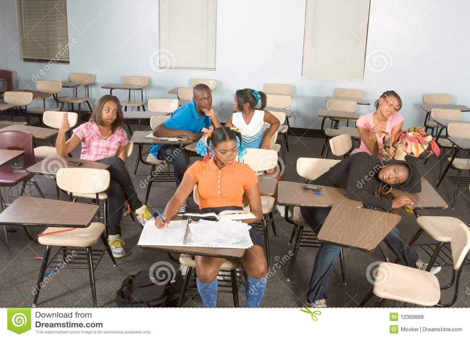 Estudantes de Highschool que sujam na classe durante a ruptura