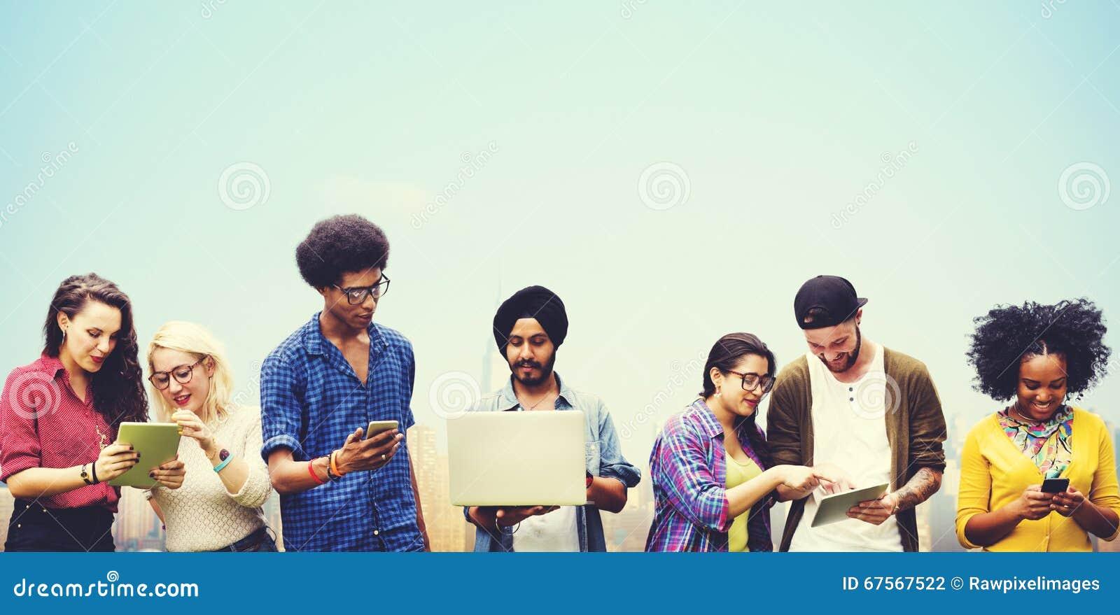 Estudantes diversos que estudam junto o conceito da tecnologia
