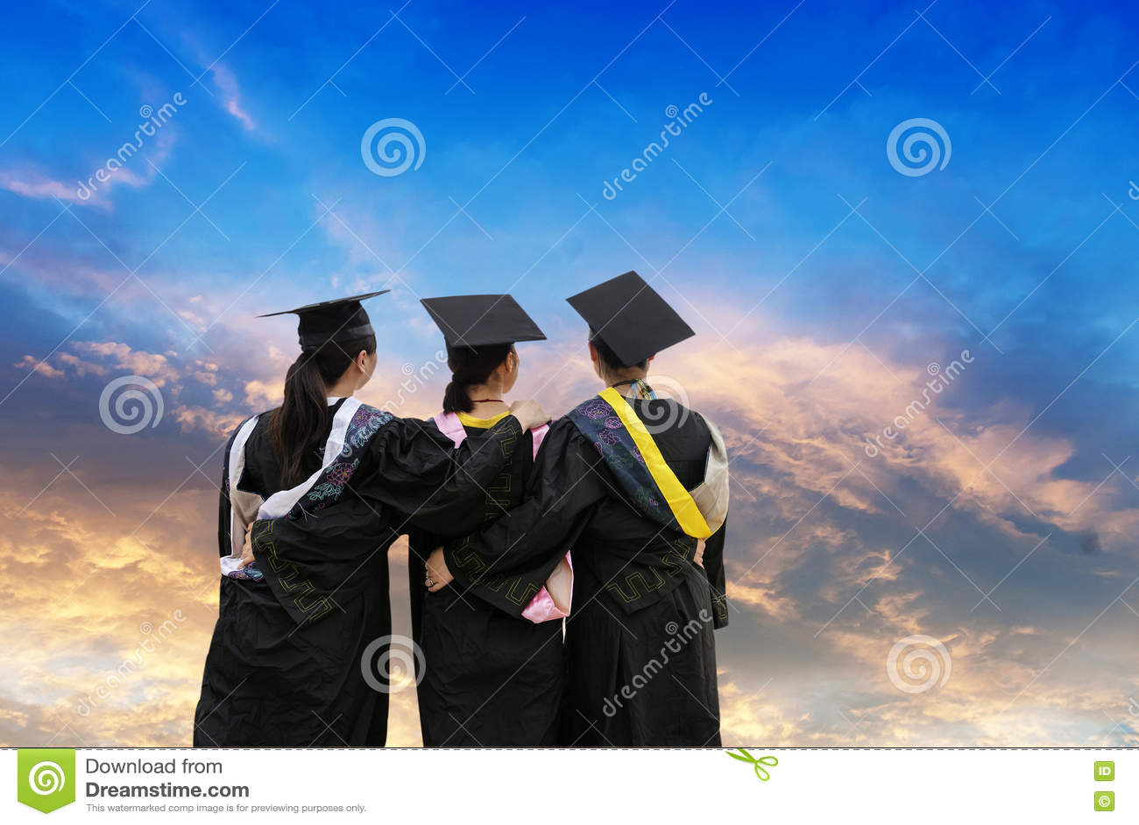 Estudantes doutorais vestindo de uma roupa da graduação
