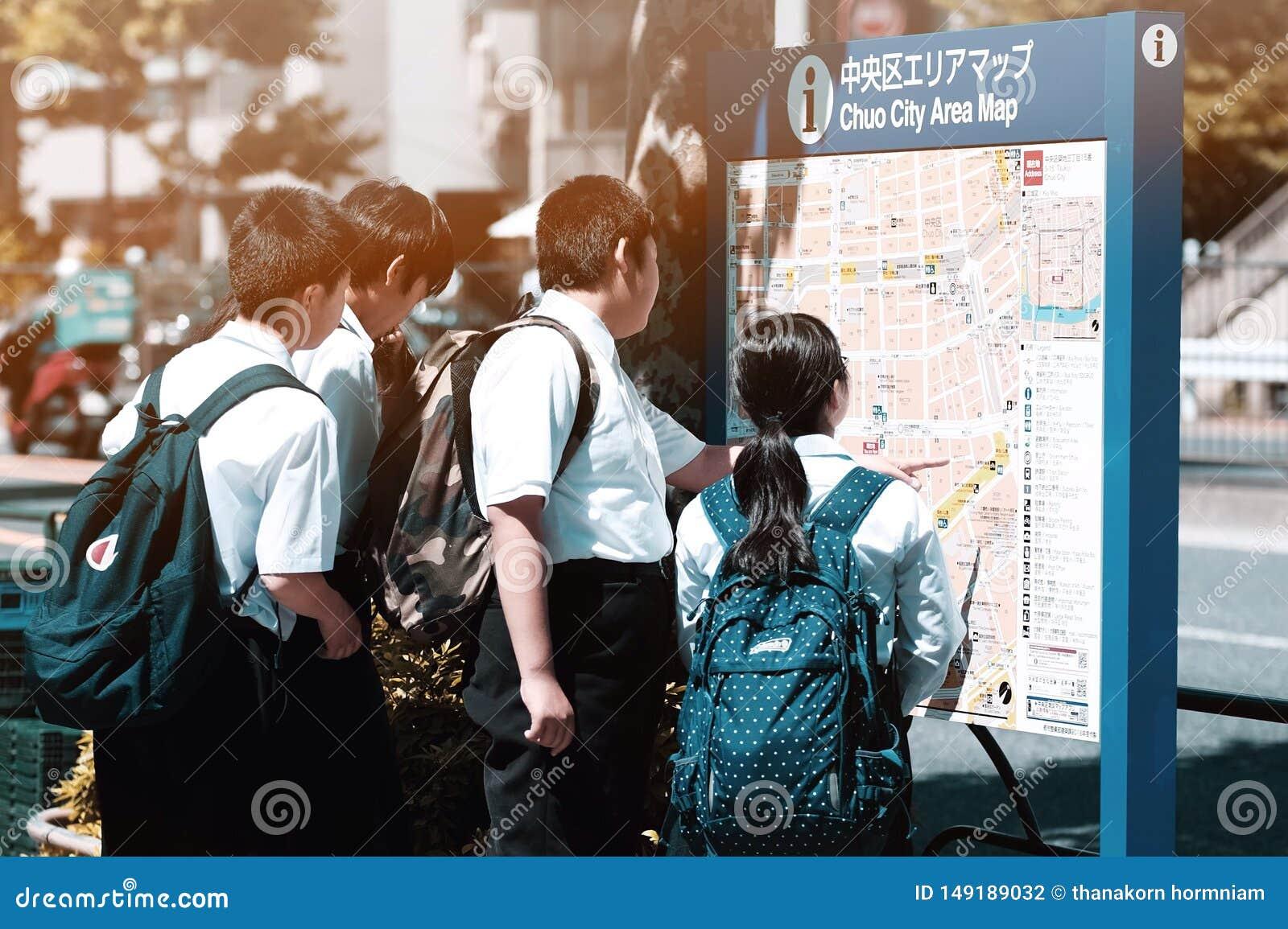 Estudantes e mapa japoneses