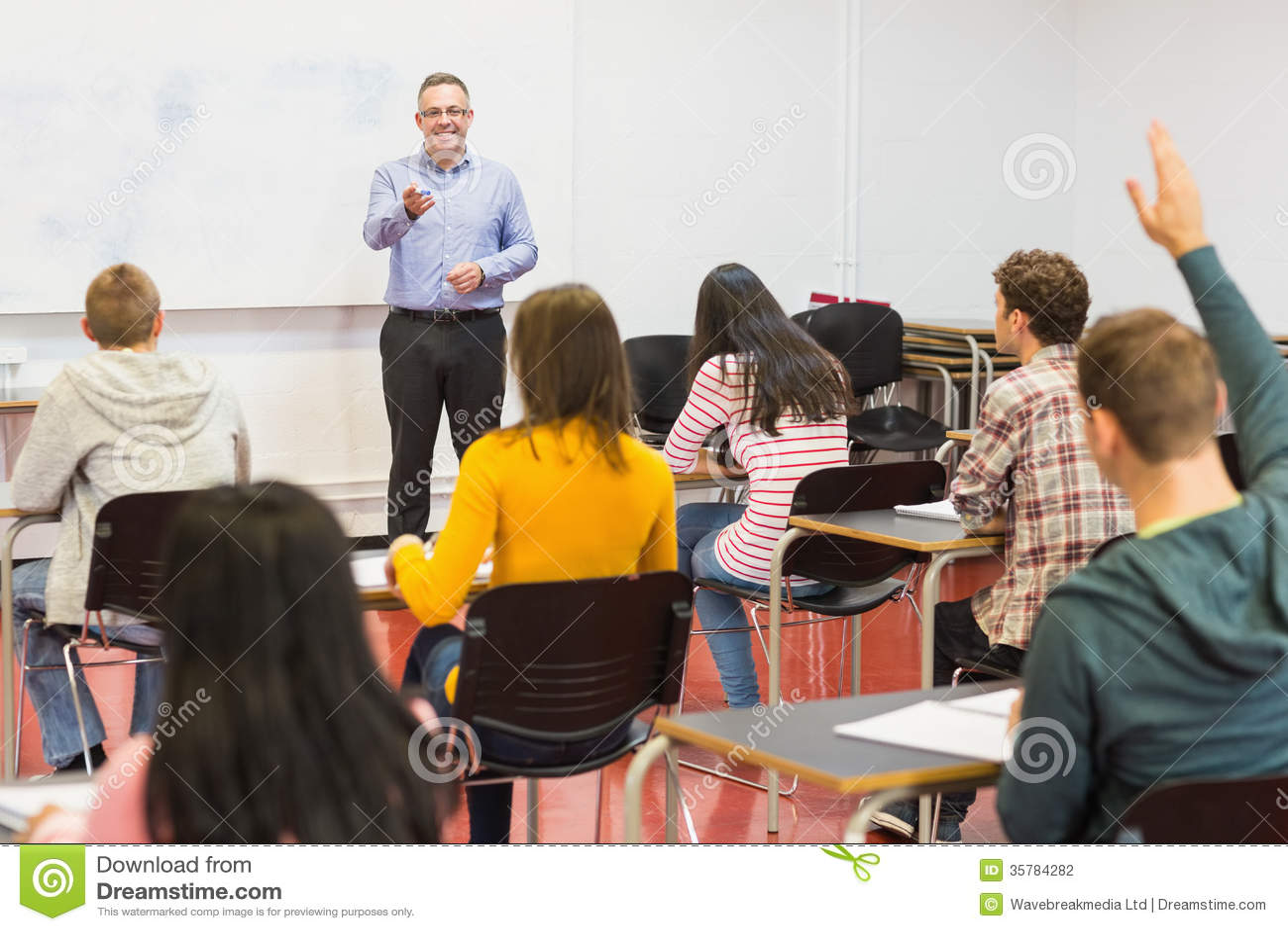 Estudantes e professor atentos na sala de aula