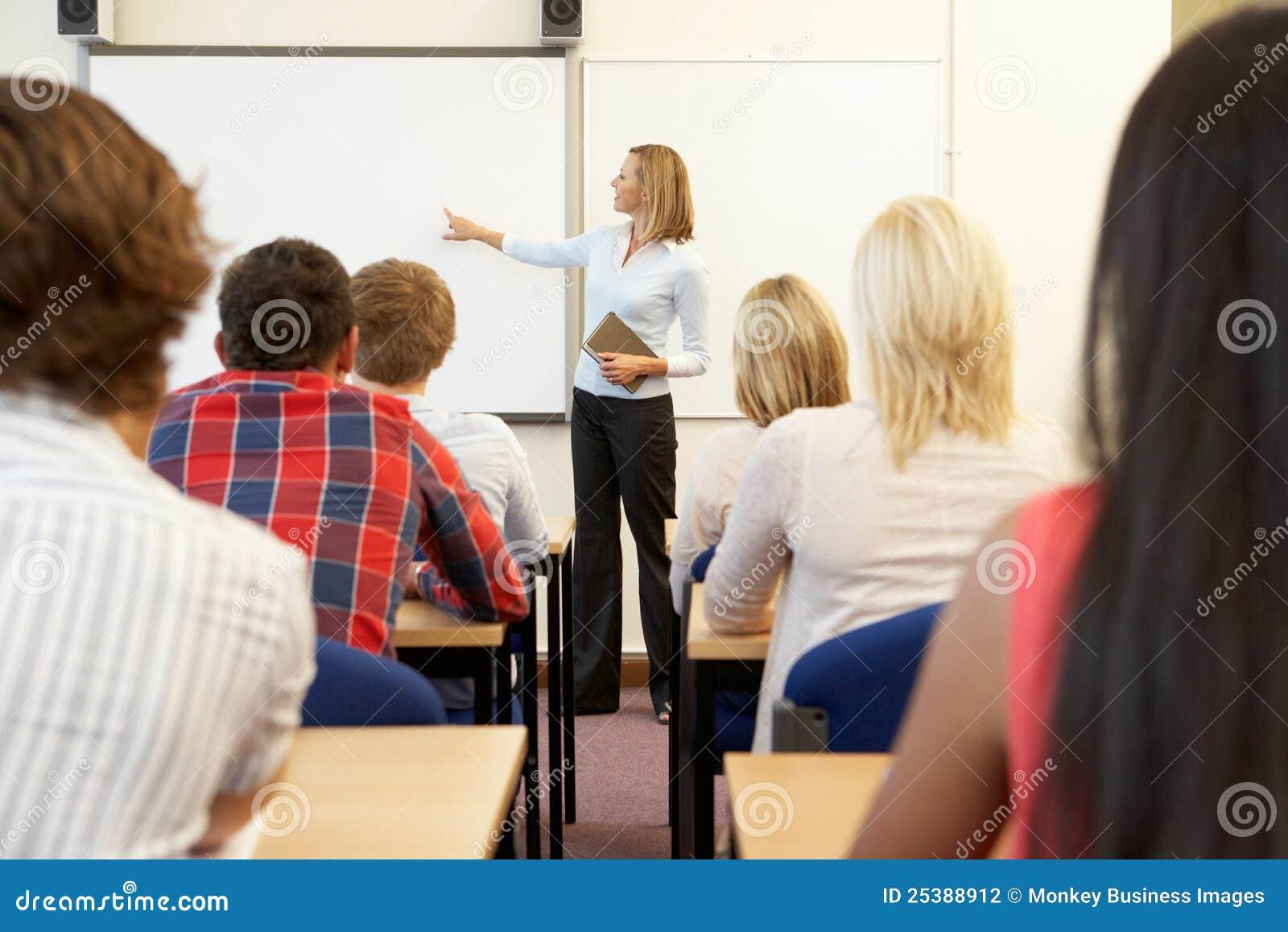 Estudantes e tutor na classe