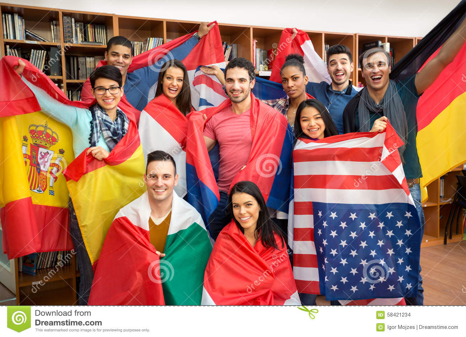 Estudantes entusiasmado que apresentam seus países com bandeiras