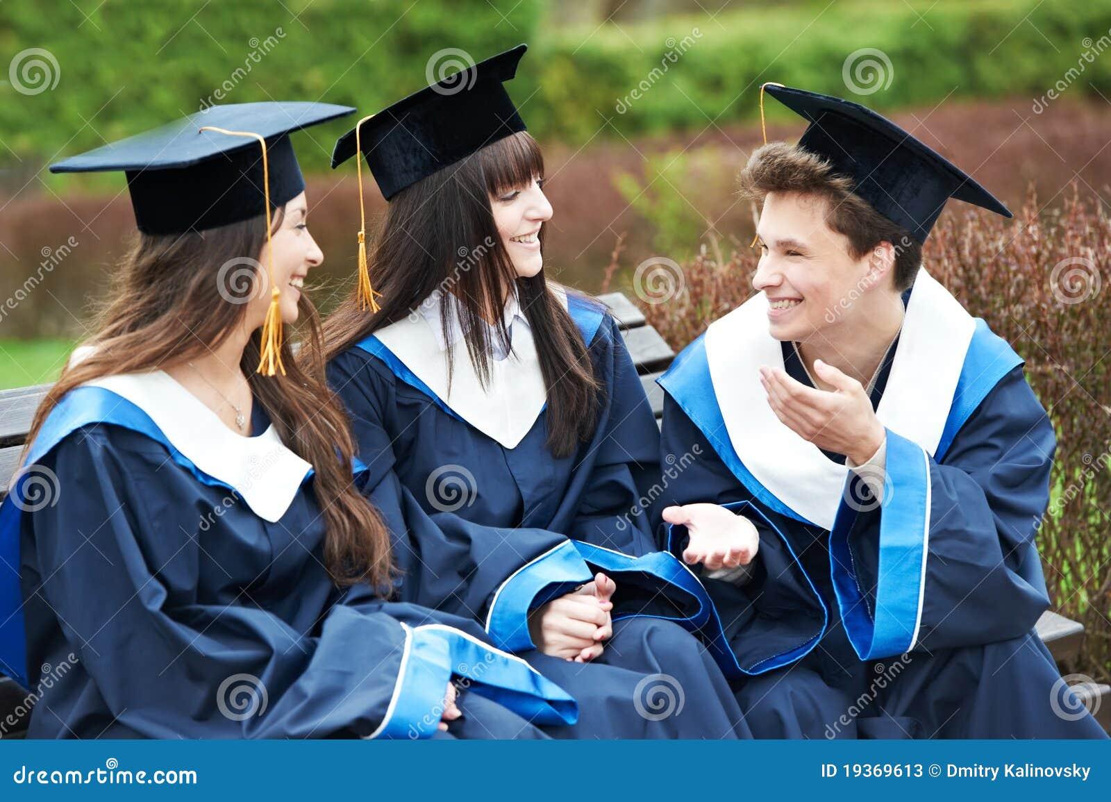 Estudantes felizes da graduação