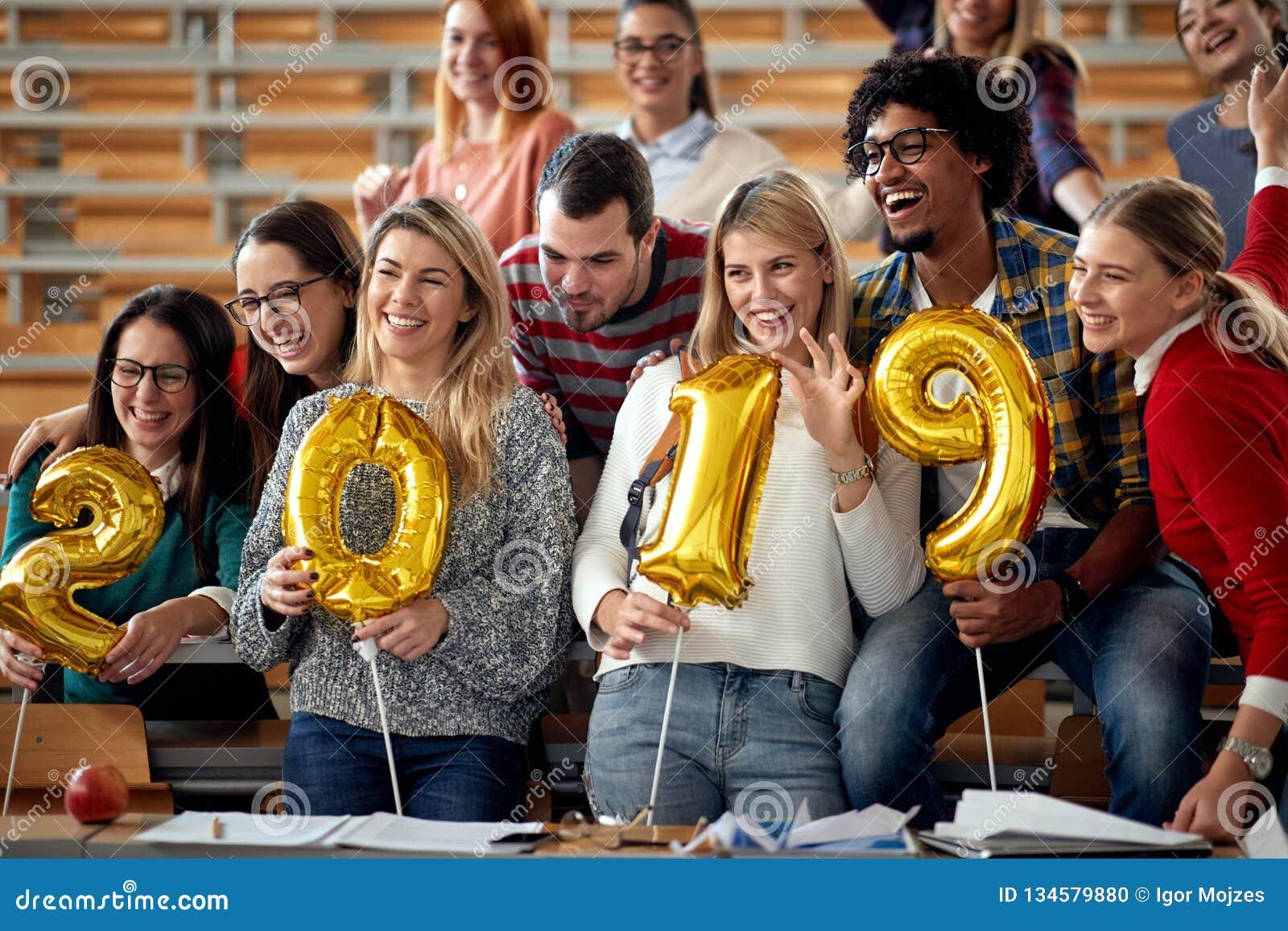 Estudantes felizes que têm o partido na universidade