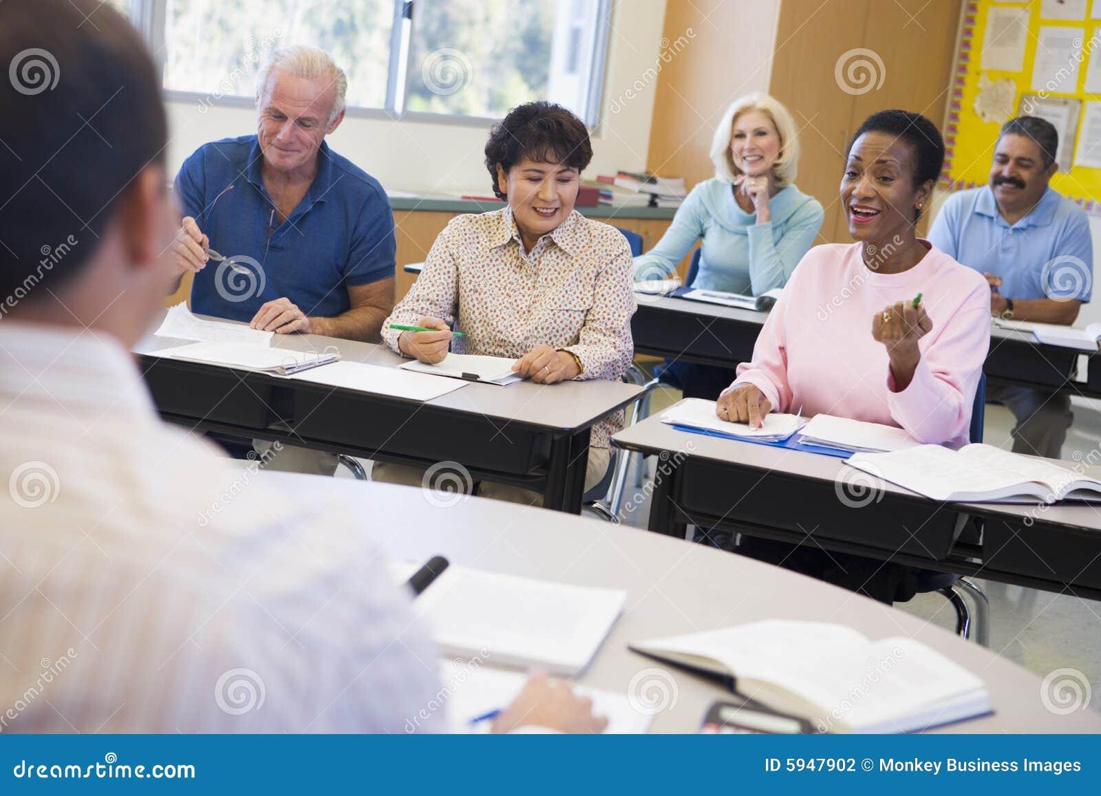 Estudantes maduros e seu professor em uma sala de aula