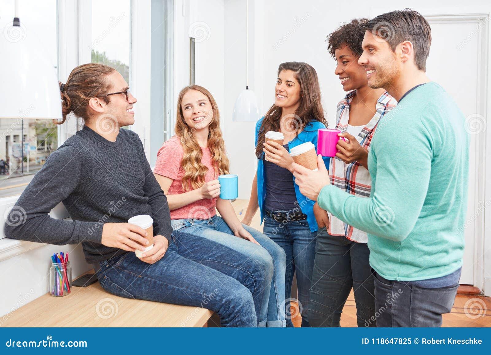 Estudantes na ruptura de café na tagarelice