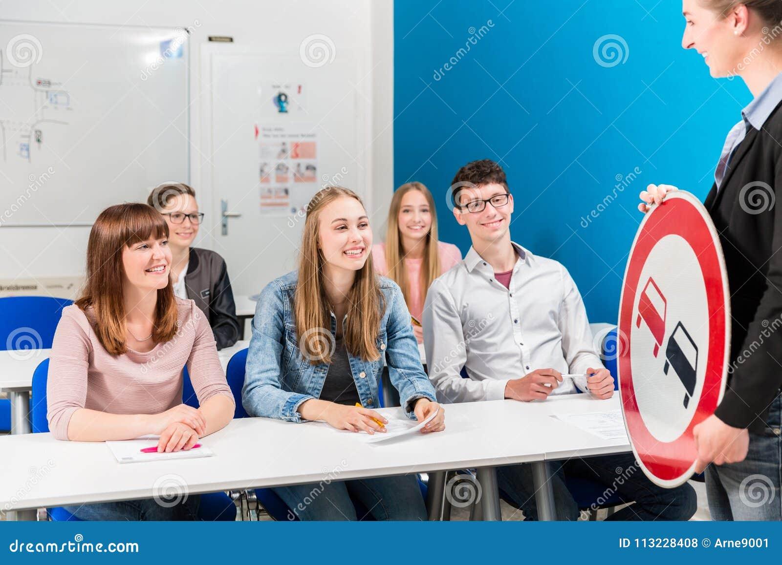Estudantes que alistam a seu professor em conduzir a classe