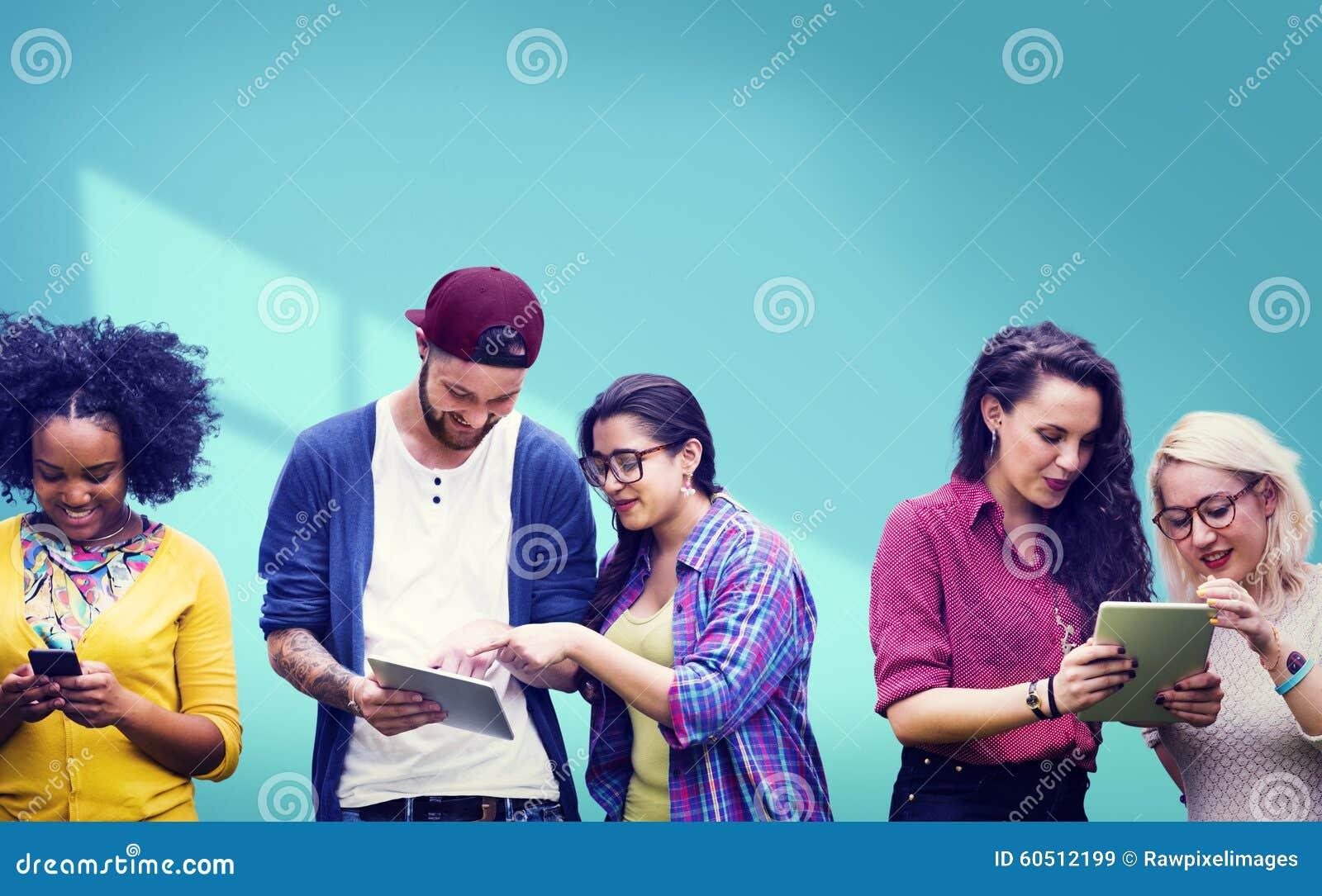 Estudantes que aprendem meios sociais alegres da educação