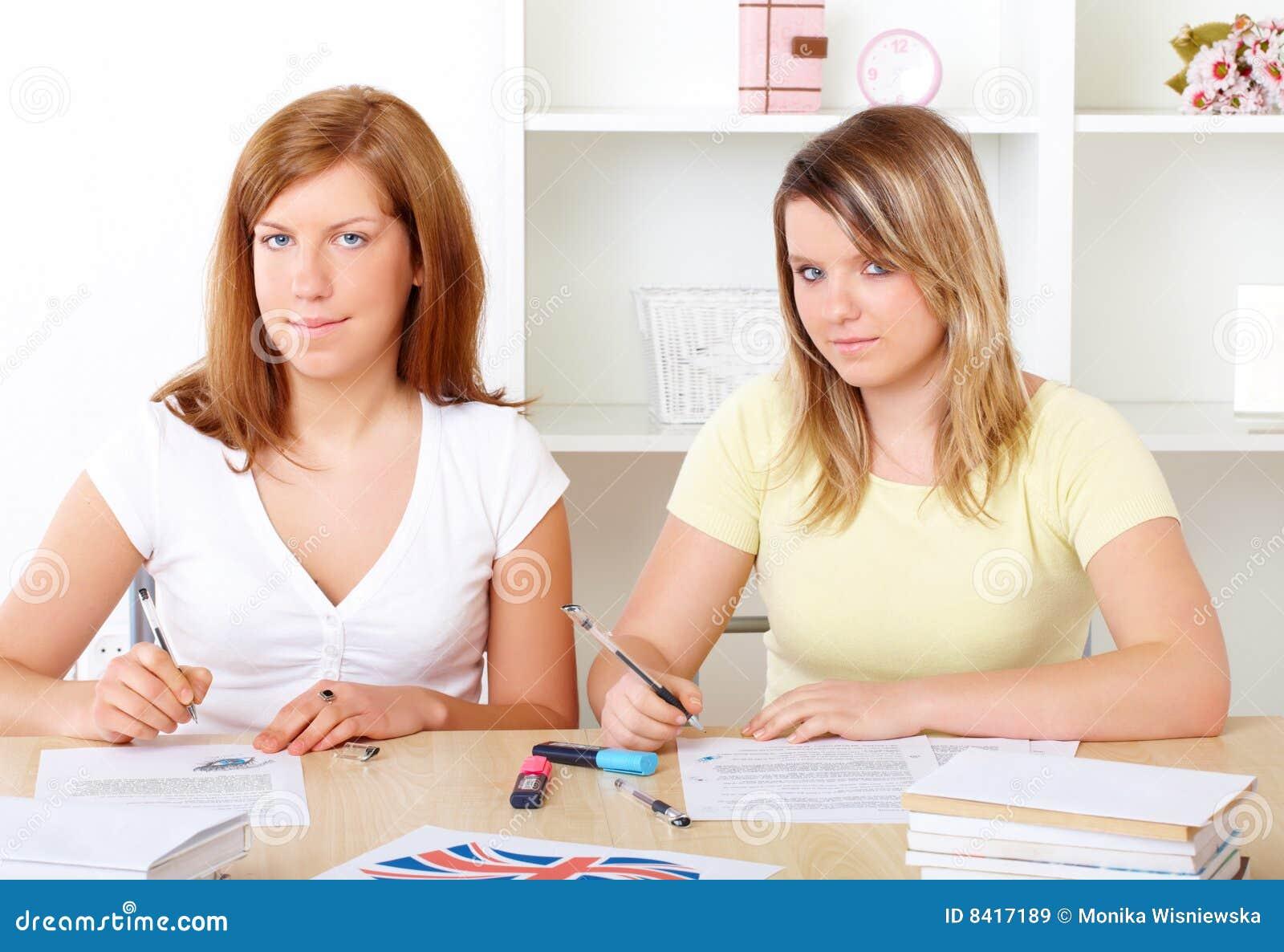 Estudantes que aprendem na mesa