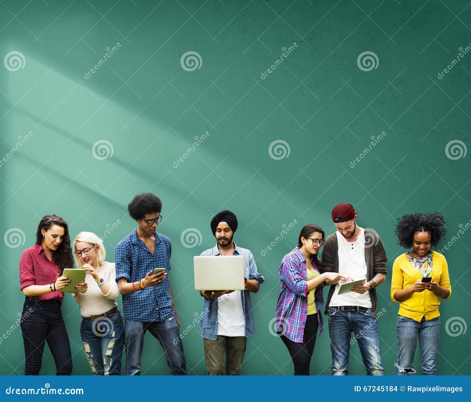 Estudantes que aprendem a tecnologia social dos meios da educação