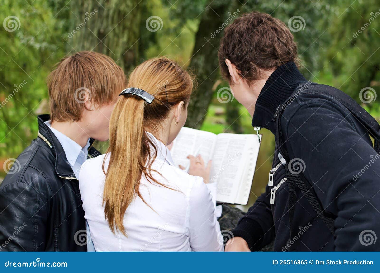 Estudantes que estudam ao ar livre
