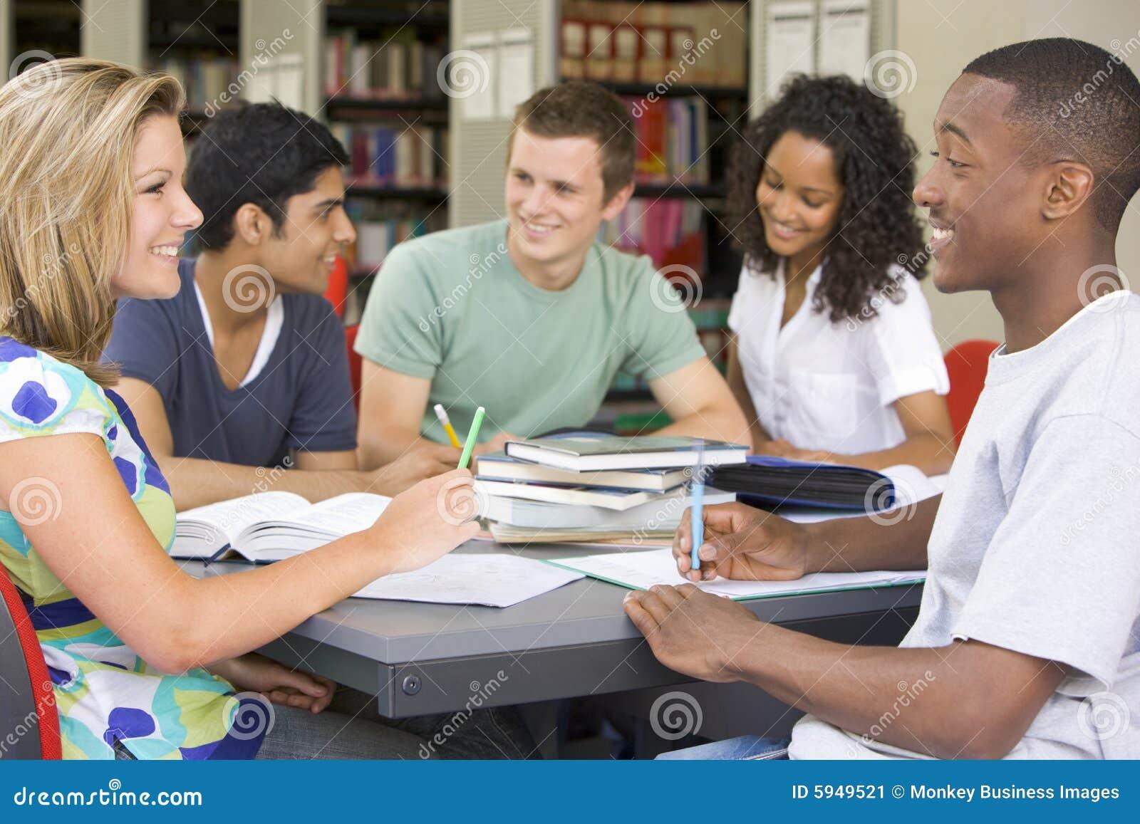Estudantes universitários que estudam junto em uma biblioteca