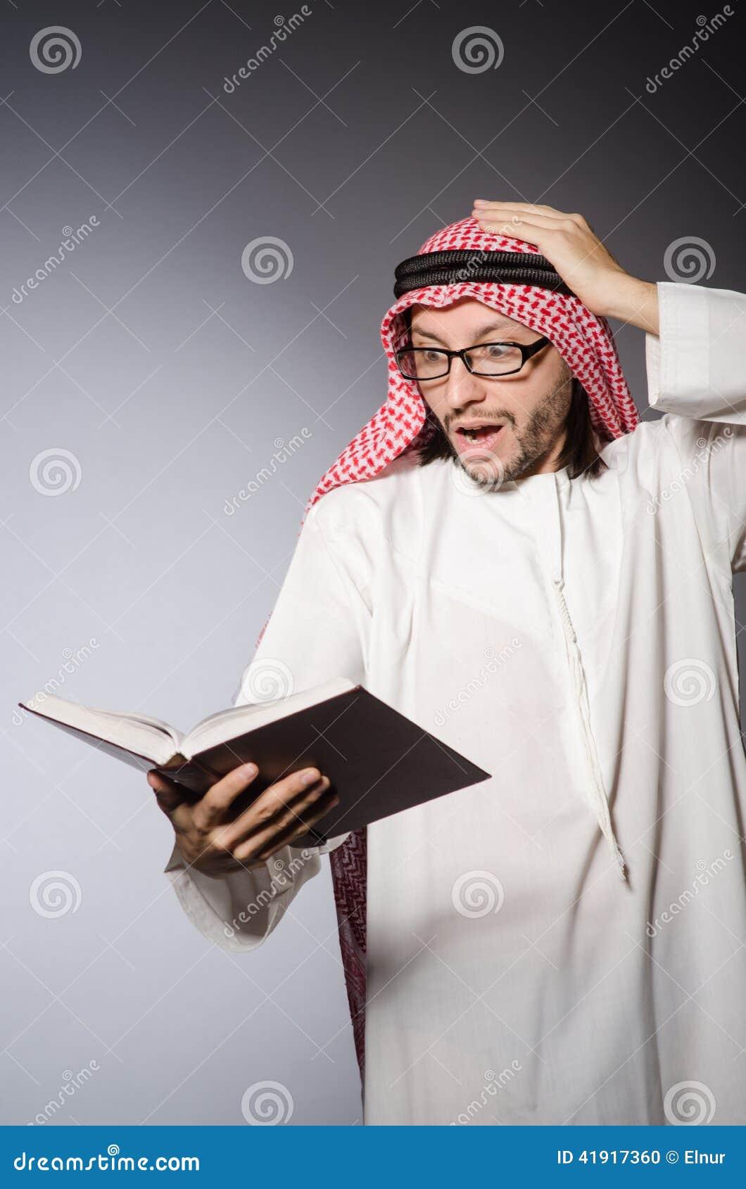 Estudiante árabe con el libro en la educación