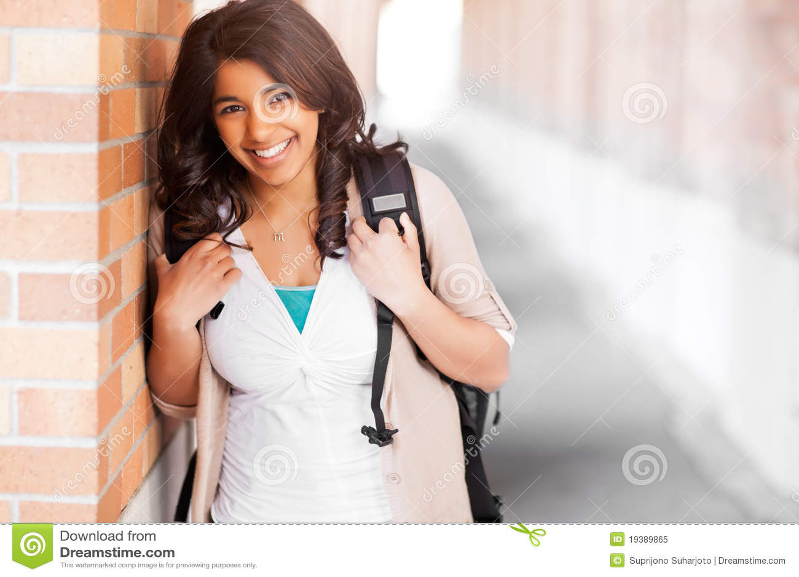 Estudiante asiático en campus