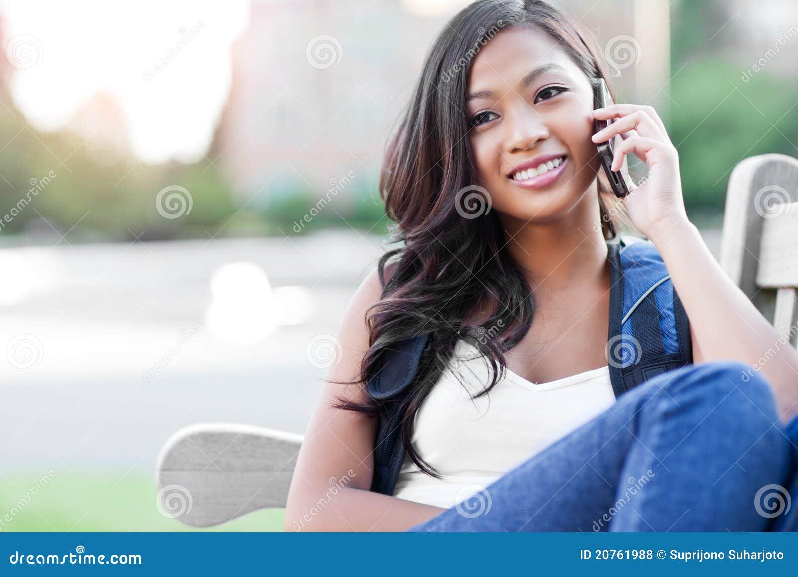 Estudiante asiático en el teléfono