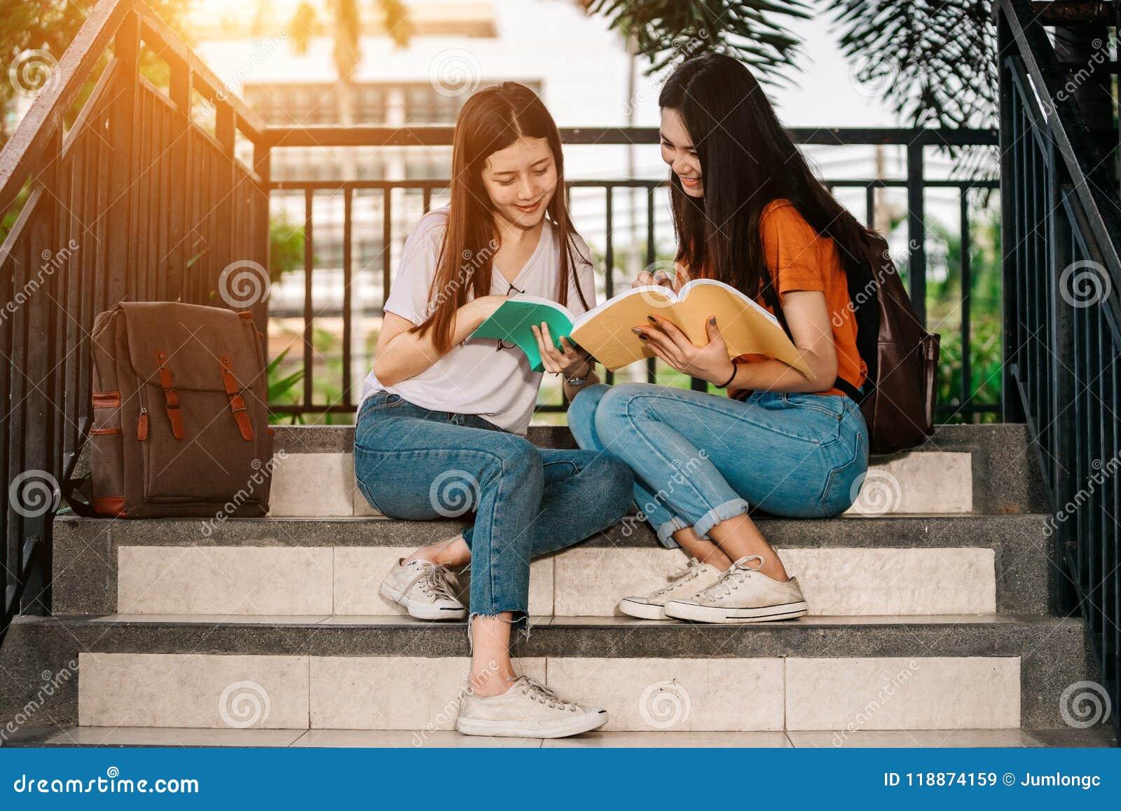 Estudiante asiático joven o adolescente en universidad
