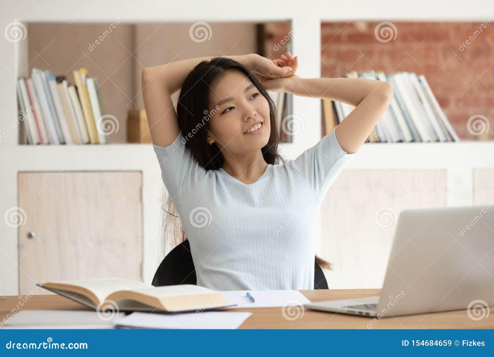 Estudiante asiático soñador distraído de estudiar el pensamiento