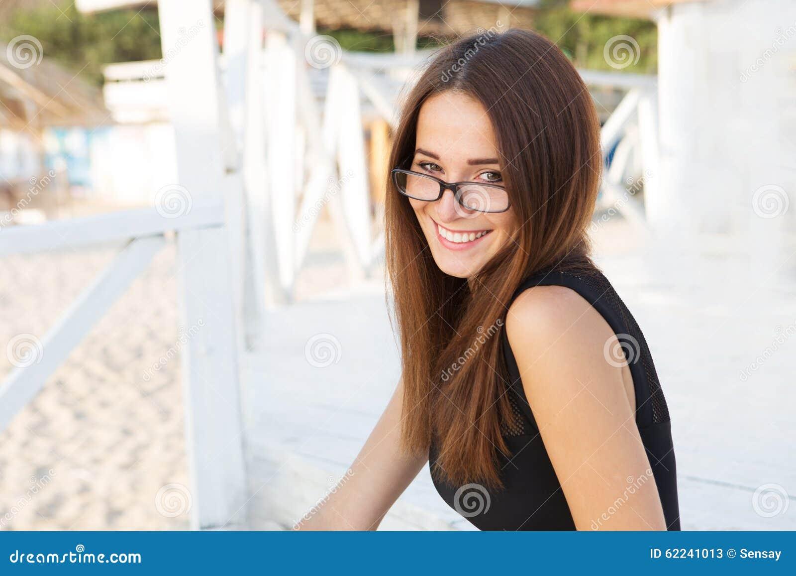 Estudiante atractivo joven en vidrios de lectura