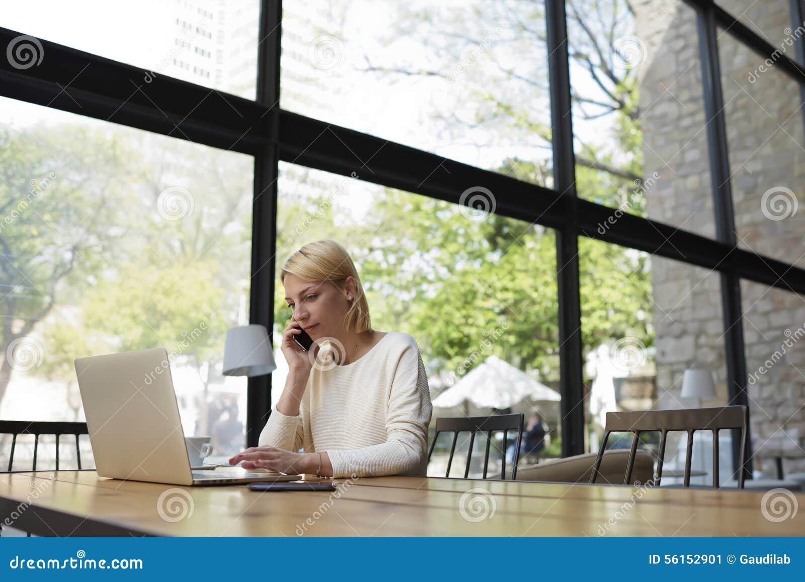 Estudiante aucasian del ¡de Ð que mira la pantalla del red-libro