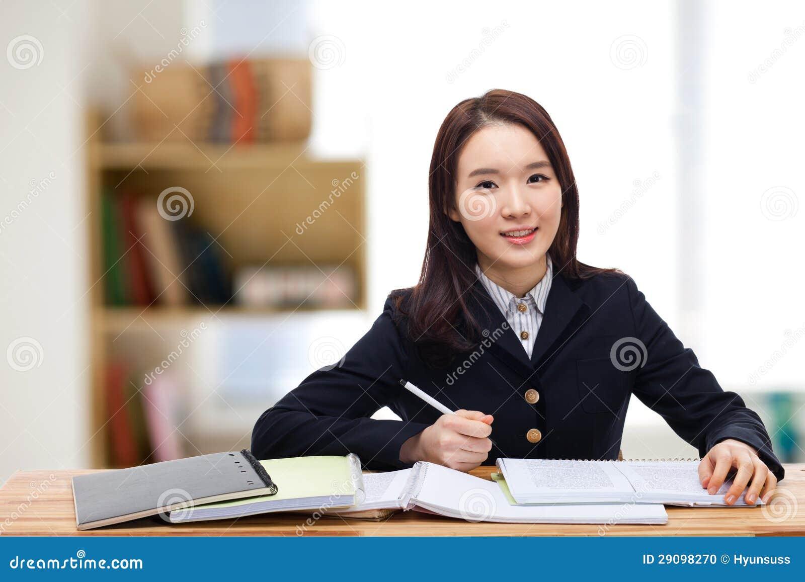 Estudiante bastante asiático de los jóvenes.