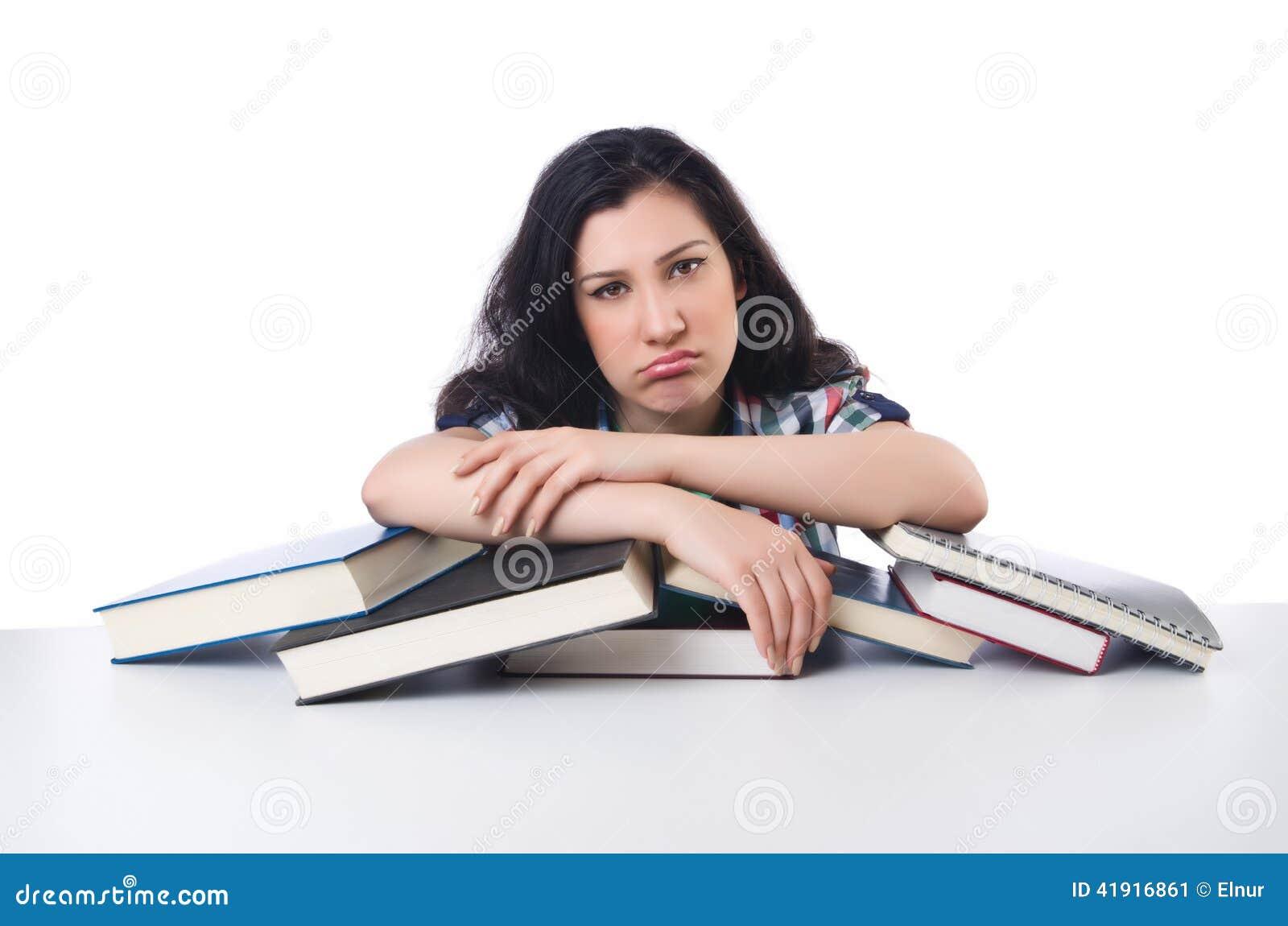 Estudiante cansado con los libros de textos