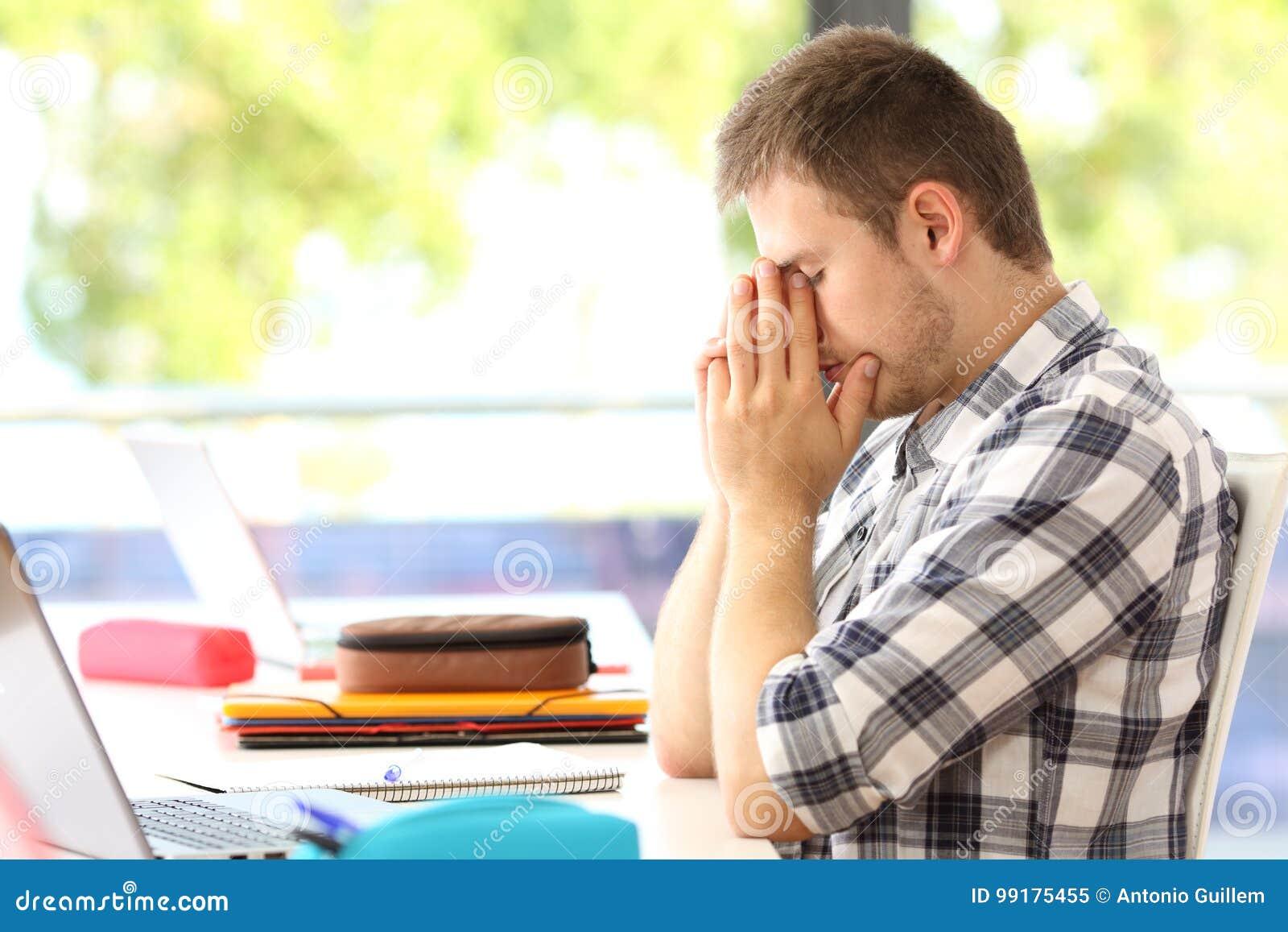 Estudiante cansado solamente en una sala de clase