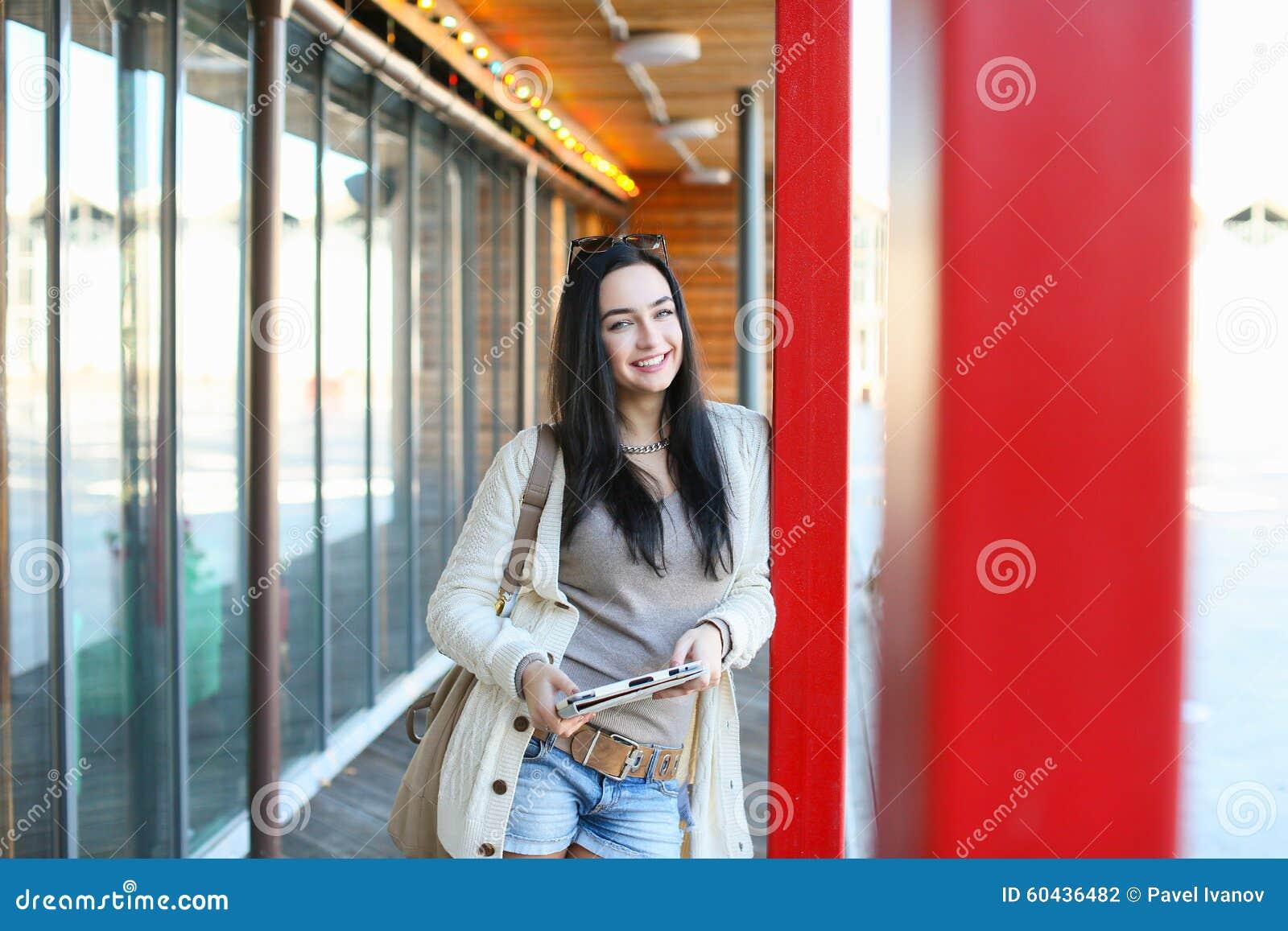 Estudiante con la tableta electrónica